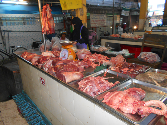 Beef sourced from Myanmar in the Thai border city wet market of Mae Sot. Beef price Baht 250 per kg, Pork 130, chicken 60 and goat 260 Baht. Exchange rate : AUD$1 ~ Baht25. Photo and prices 27th February 2015.