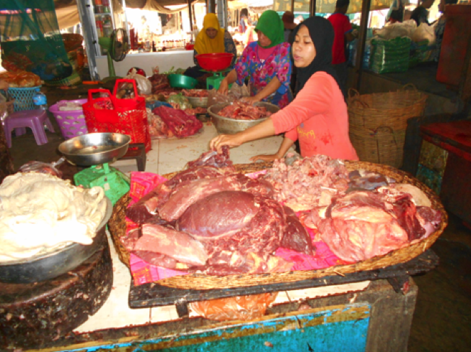 Photo : Muslim ladies run the beef section of the Psaler wet market in Siem Reap city.