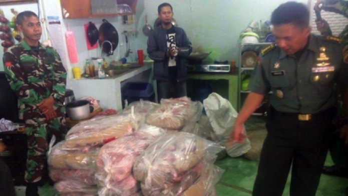 Photo from the Medan Tribun. Army officers seize smuggled Indian beef.