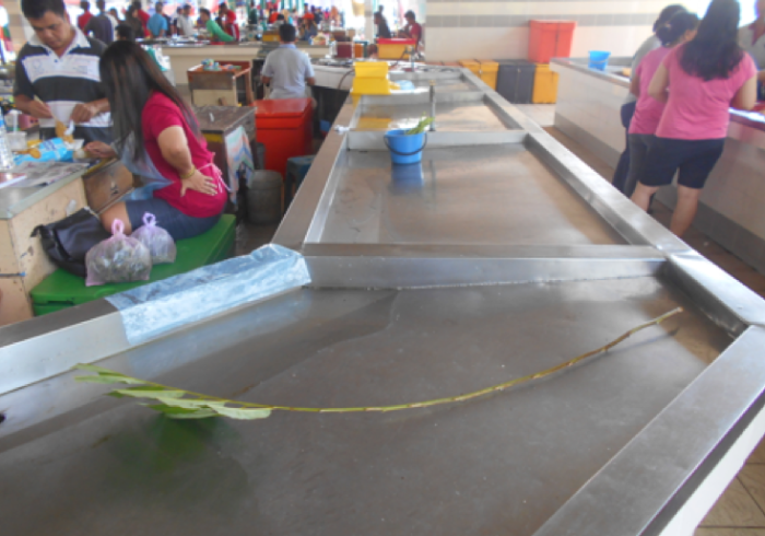 Photo : The Lundu wet market in south west Sarawak near the Kalimantan border. This is the best designed wet market I have ever seen with stainless steel, easy to clean tables for each trader. Taps supply clean water to every bay with good drainage from the table well down into an efficient underground drainage system. Brilliant.