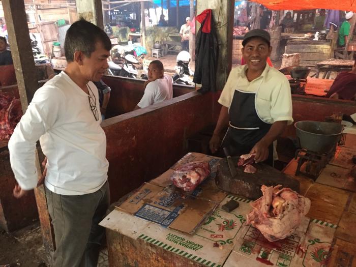 Photo2_Pak Esnawan Inspecting Frozen Beef in Pelaihari Wet Market